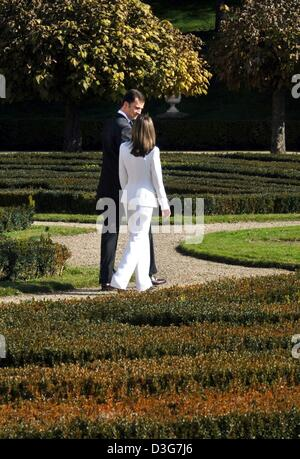 (dpa) - Spanish Crown Prince Felipe and his fiancee Letizia Ortiz (R, front) stroll during a photo opportunity through - Stock Photo