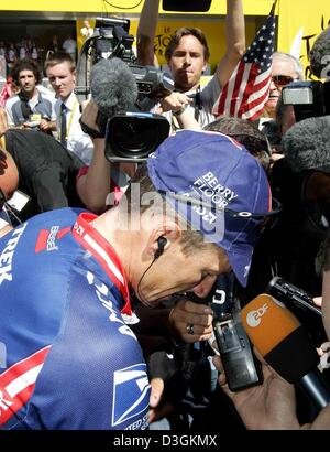 (dpa) - US five time Tour winner Lance Armstrong (front) of Team US Postal Service stands surrounded by members - Stock Photo
