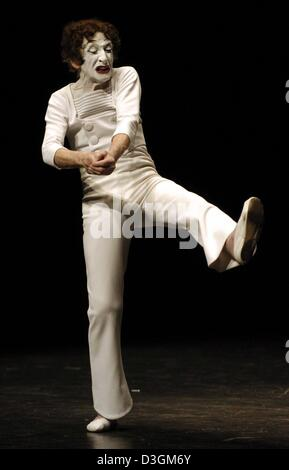 (dpa) - French pantomime Marcel Marceau performs on stage during the start of his tour of Germany at the Thalia - Stock Photo