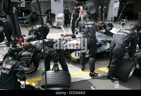 (dpa) - McLaren-Mercedes mechanics rehearse a pit stop at the Silverstone race course in Silverstone, Great Britain, - Stock Photo