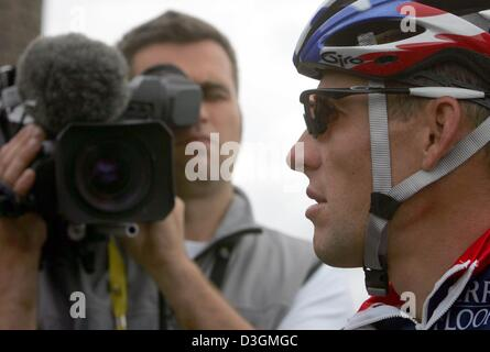 (dpa) - US cyclist Lance Armstrong (R) of Team US Postal Service speaks to members of the press before the start - Stock Photo