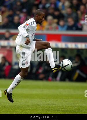 (dpa) - Bayern's Brazilian midfielder Ze Roberto is at the ball during the Bundesliga game opposing FC Bayern Munich - Stock Photo