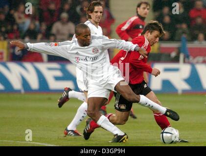 (dpa) - Bayern's Brazilian midfielder Ze Roberto (L) vies for the ball with Leverkusen's midfielder Bernd Schneider - Stock Photo