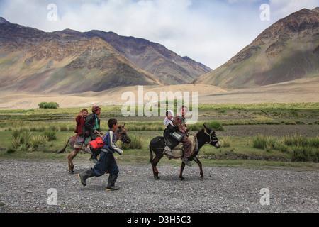Schoolchildren on their way to school near Sarhad-e-broghil in the Wakhan Corridor, Badakhshan, Afghanistan - Stock Photo