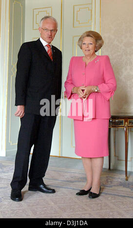 (dpa) - North Rhine Westphalia's new Minister President Juergen Ruettgers smiles together with Queen Beatrix of - Stock Photo