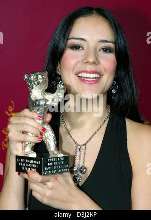 (dpa) - Colombian actress Catalina Sandino Moreno smiles as she presents the  Silver Bear trophy at the end of the - Stock Photo