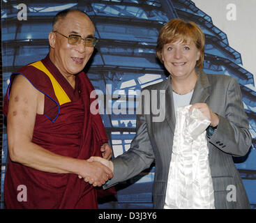 (dpa) - The Dalai Lama turns the traditional white 'peace shawl' over to the Chairperson of the German conservative party, Angela Merkel, in Berlin, 17 June 2005. Tibet's spiritual leader visits Germany for a couple of days.