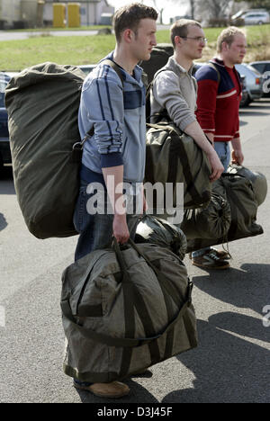 (dpa) - Conscripts still in civilian dress carry their new uniforms in green bags and report to their instructor: - Stock Photo