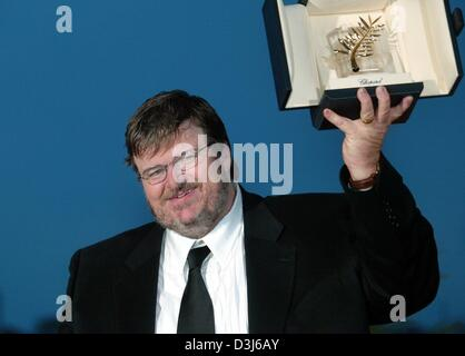 (dpa) - US film director Michael Moore shows his Golden Palm Award during a photocall after the awards show at the - Stock Photo