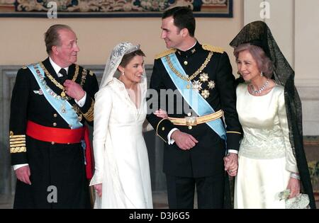 (dpa) - Spanish crown prince Felipe (2nd from R) and his wife Letizia Ortiz (2nd from L) pose together with king - Stock Photo