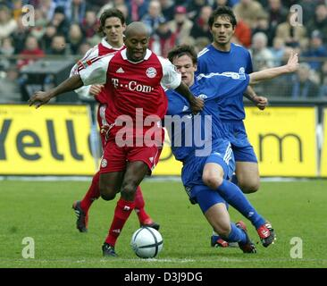 (dpa) - Bayern Munich's Brazilian midfielder Ze Roberto (L) in a duel with Schalke midfielder Michael Delura (R). - Stock Photo