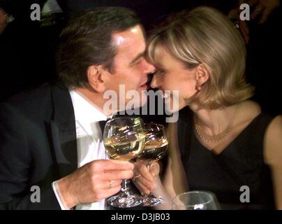 (dpa files) - German Chancellor Gerhard Schroeder kisses his wife Doris Schroeder-Koepf as they clink their glasses during the federal press ball in Berlin, 12 November 1999. Schroeder, who was elected Chancellor on 27 October 1998, will celebrate his 60th birthday on 7 April 2004. Schroeder and his fourth wife, Doris, have been married since October 1997.