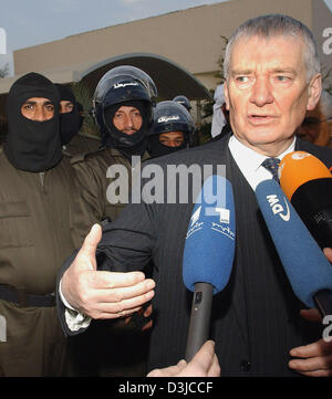 (dpa) - German Interior Minister Otto Schily (R) speaks to journalists as he stands next to Iraqi policemen who - Stock Photo