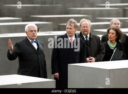 (dpa) - (from L) US architect Peter Eisenman, German President Horst Koehler, Wolfgang Thierse, Speaker of the German - Stock Photo