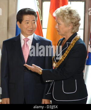 (dpa) - Mayor of Frankfurt Petra Roth (R) and President Roh Moo Hyun of the Republic of Korea chat with each other - Stock Photo