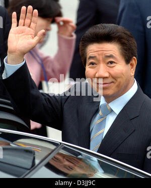 (dpa) - South Korean President Roh Moo Hyun waves during his arrival at the airport in Frankfurt, Germany, 13 April - Stock Photo