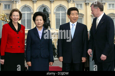 (dpa) - German President Horst Koehler (R) and his wife Eva (L) stand next to Roh Moo Hyun (2nd from L), President - Stock Photo