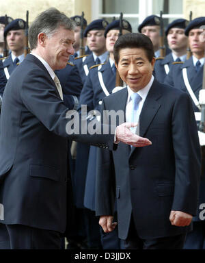 (dpa) - German President Horst Koehler (L) gestures to President of the Republic of Korea, Roh Moo Hyun, as they - Stock Photo