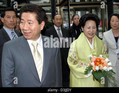 (dpa) - President of the Republic of Korea Roh Moo Hyun (2nd from L) and his wife Kwon Yang Sook  arrive at the - Stock Photo