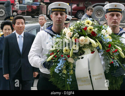 (dpa) - Roh Moo Hyun (2nd from L), President of the Republic of Korea, walks behind two marines who carry a wreath - Stock Photo