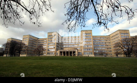 (dpa) - A view across the lawn toward the Poelzig building, the main building of Johann Wolfgang Goethe University - Stock Photo