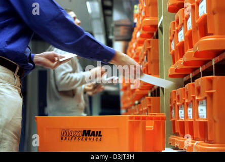 (dpa) - Employees of private German postal service MaxiMail manually sort letters in Darmstadt, Germany, 13 January - Stock Photo