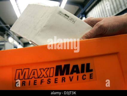 (dpa) - An employee of private German postal service MaxiMail manually sorts letters in Darmstadt, Germany, 13 January - Stock Photo