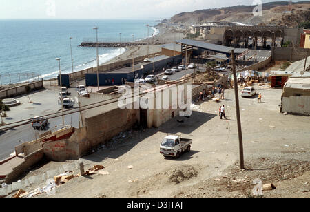 (dpa) - A view at the border crossing (back) between Morocco and the Spanish exclave of Ceuta, 9 September 2004. - Stock Photo
