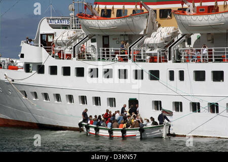 (dpa file) - The picture shows tourists in a little boat in front of the big seaside resort cruiser 'Atlantis in - Stock Photo