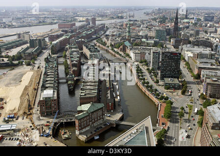(dpa) - A good view from a new captive balloon on the Speicherstadt district in Hamburg, Germany, 13 August 2005. - Stock Photo