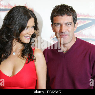 (dpa) - Welsh actress Catherine Zeta-Jones and her film partner Spanish actor Antonio Banderas pose during a photo - Stock Photo