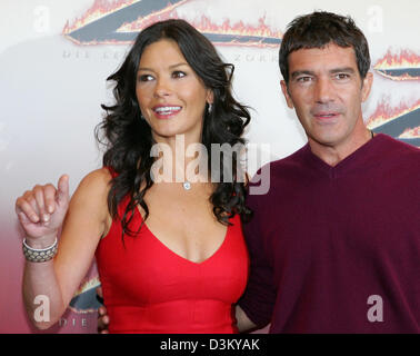 (dpa) - Welsh actress Catherine Zeta-Jones (L) and her film partner Spanish actor Antonio Banderas pose during a - Stock Photo
