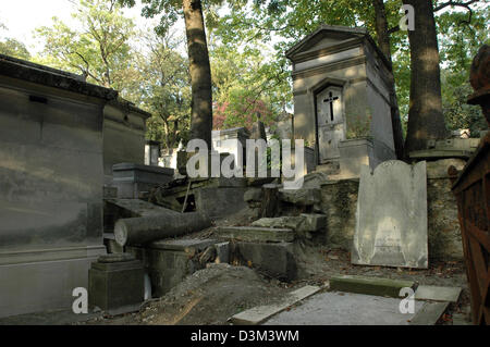 (dpa) - One aspect of the graveyard Pere Lachaise in Paris, France, 09 October 2005. Among splendid graves and mausoleums - Stock Photo