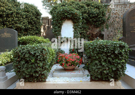 (dpa) - The photo shows the Guitry family's tomb with French actor Sacha Guitry at the Montmartre cemetery in Paris, - Stock Photo