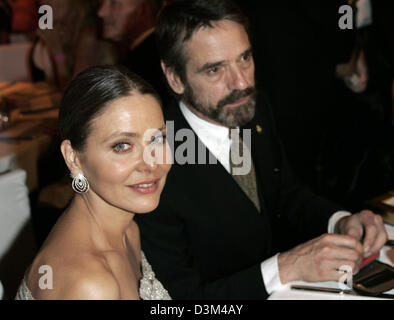 (dpa) - Italian movie star Ornella Muti (L) and British actor Jeremy Irons enjoy themselves during the UNESCO charity - Stock Photo