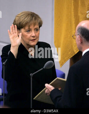 (dpa) - New elect German Chancellor Angela Merkel (CDU) takes the official oath to President of the Bundestag, Norbert - Stock Photo