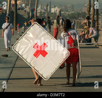 (dpa) - Finishing time for the Red Cross lifeguards at the beach promenade at the Platja de la Nova Icaria in Barcelona, - Stock Photo
