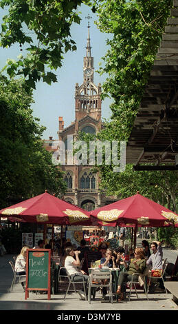(dpa files) - Tourists enjoy drinks in a sidewalk cafe in front of the main building of the  'Hospital de Santa - Stock Photo