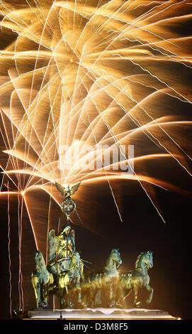 (dpa) - Fireworks explode in the sky over the Quadriga of the Brandenburg Gate in Berlin, Germany, 31 December 2005. - Stock Photo