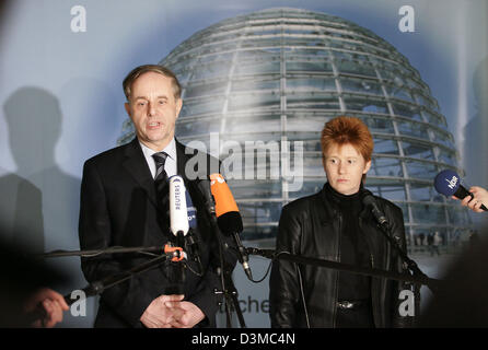 Joerg van Essen (L), parliamentary chairman of the Liberal Democrats' (FDP) Bundestags fraction and Petra Pau, the deputy chairwoman of the Bundestag fraction of the Links Party, comment on the failure of their partys' proposal to institute a board of inquiry concerning the activities of the German intelligence service in Iraq in Berlin, Wednesday, 25 January 2006. After the term o