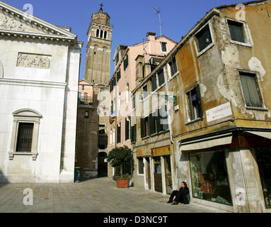 (dpa file) -The view into one of the many small alleys  in Venice, Italy, 17 March 2006. Since 1987 the city and - Stock Photo