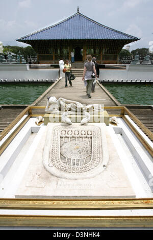 Tourists walk over a water basin on a boardwalk at the Gangaramay Temple in Colombo, Sri Lanka, 24 April 2006. The - Stock Photo
