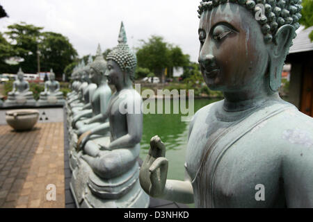 The picture sghows a row of meditating Buddhas in the Gangaramaya Temple in Colombo, Sri Lanka, 24 April 2006. The - Stock Photo