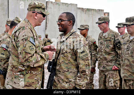 US Gen. Raymond Odierno, the Chief of Staff of the Army, promotes Warrant Officer Shaun Mance to chief warrant officer - Stock Photo