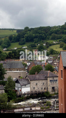 WALES; CLWYD; LLANGOLLEN; RIVER DEE, THE CORN MILL AND TOWN HOUSES - Stock Photo