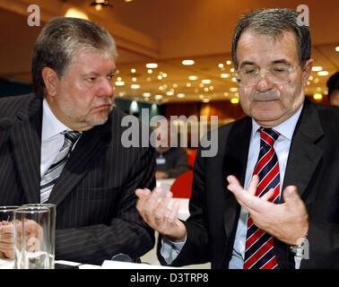 Kurt Beck (L), chairman of the German Social Democrats (SPD), chats with Italian Prime Minister Romano Prodi (R) - Stock Photo