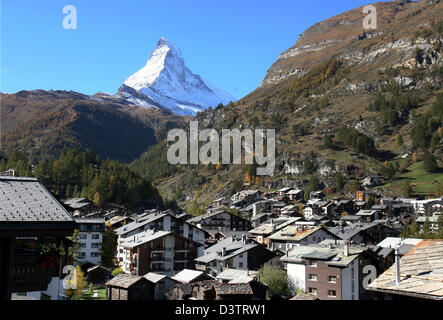 The photo shows the mountain town Zermatt in front of the summit of the Matterhorn mountain covered in snow in the - Stock Photo