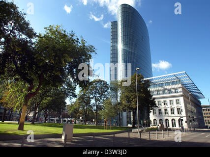 The picture shows the GAP 15 office tower in downtown Duesseldorf, Germany, 7 October 2006. The construction combines - Stock Photo