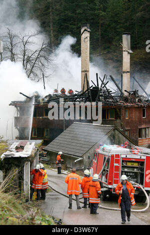 Fire fighters extinguish the historic Tiefenbach farm near Hornberg, Germany, Friday, 05 January 2007. The fire - Stock Photo