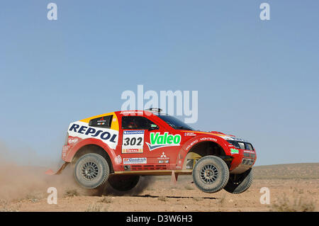 French rallye pilot Stephane Peterhansel paces his Mitsubishi through the desert during the 3rd stage of 2007 Dakar - Stock Photo
